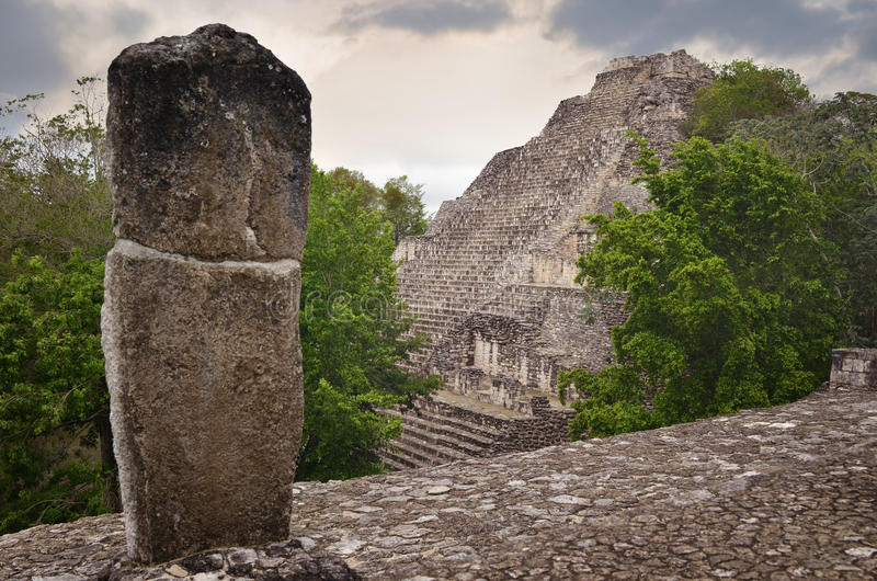 Pyramide maya antique dans le Yucatan Becan. Mexique photographie stock