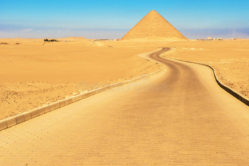 Pyramide rouge dans Dahshur, Egypte photo stock
