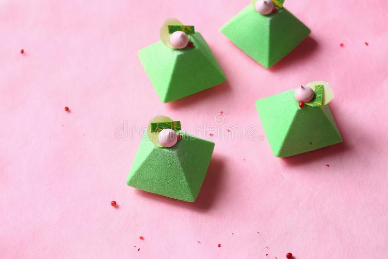 Pyramide - thé vert contemporain Matcha Mini Mousse Cake image libre de droits