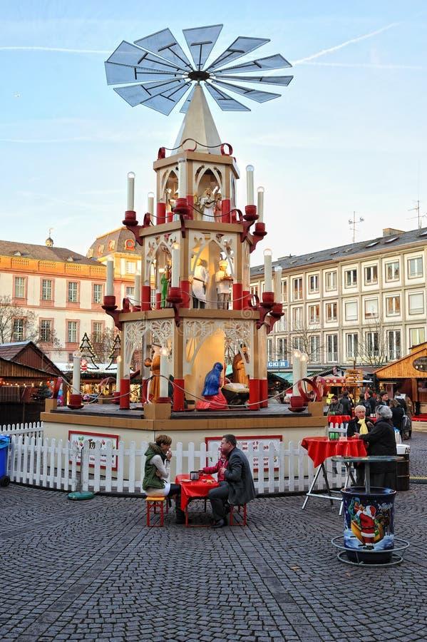 Pyramide tradicional en el mercado de la Navidad - Alemania imagen de archivo libre de regalías