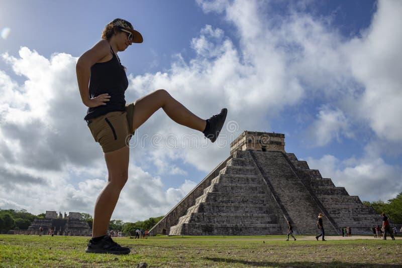 Pyramide und ein Mädchen versuchen, es zu bremsen stockbilder