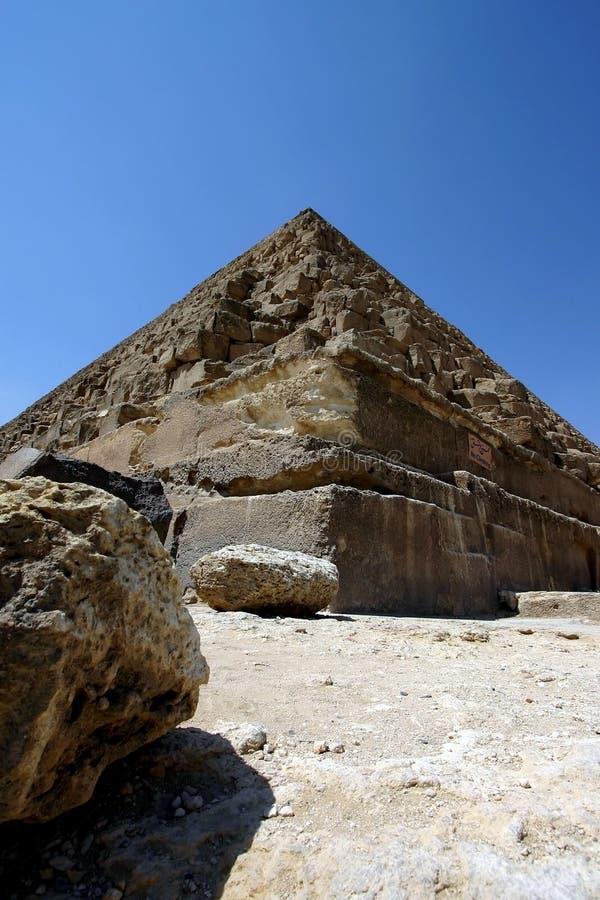 Pyramide und Felsen stockfotos