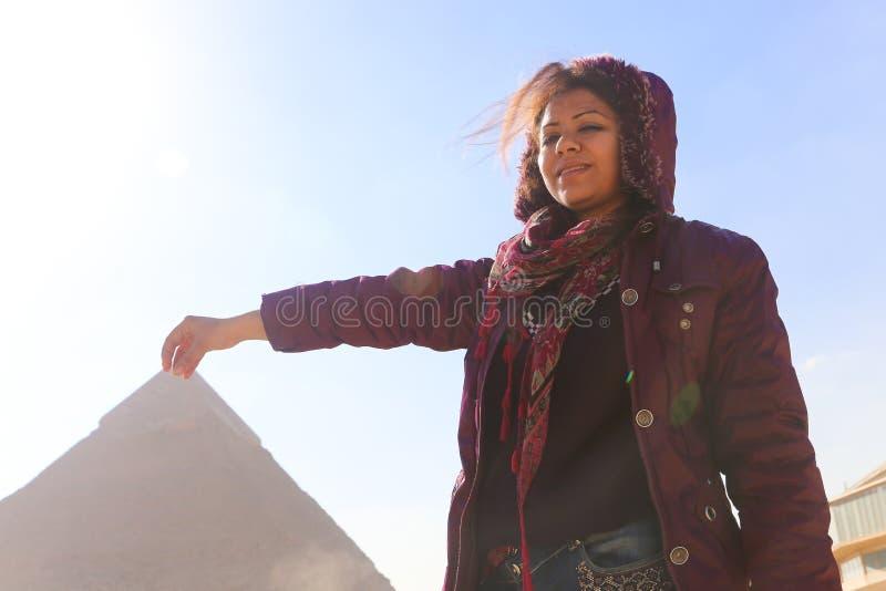Pyramide und Frau lizenzfreies stockbild
