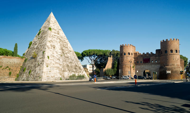 Pyramide von Cestius und von Porta San Paolo, Rom stockfotos