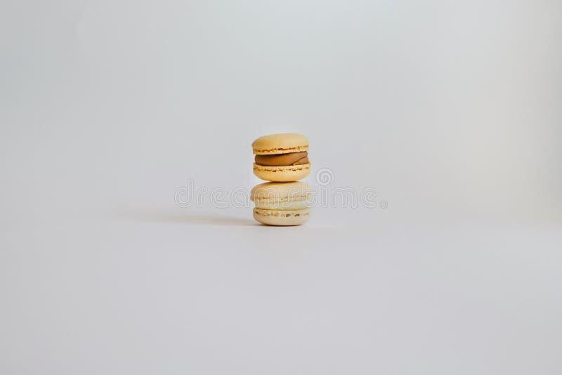 Pyramide von Farbegeschmackvollen macarons auf dem Hintergrund stockbild