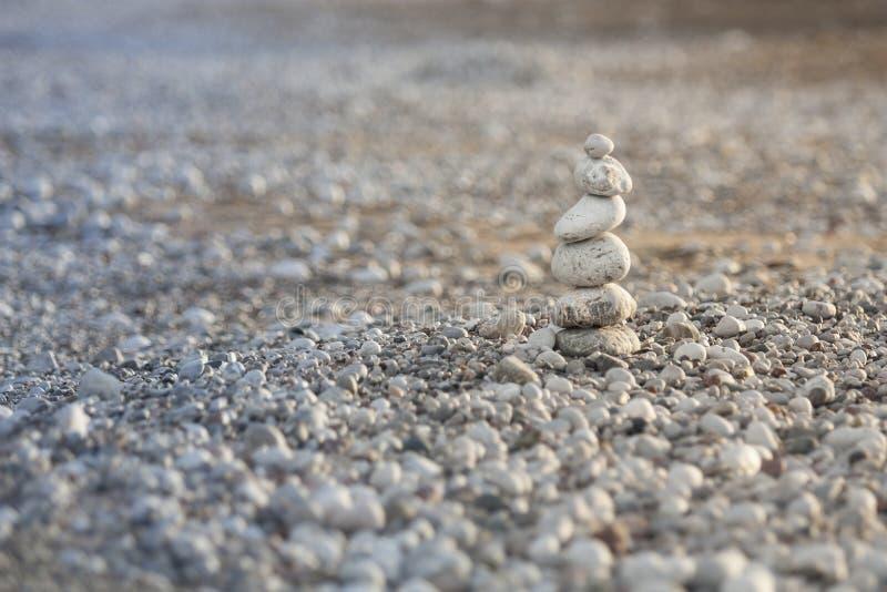Pyramide von Kieseln auf dem Strand in Griechenland lizenzfreie stockbilder