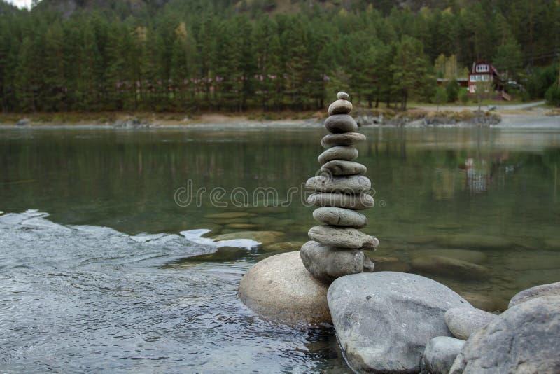 Pyramide von Steinen auf der Flussbank EIN PLATZ FÜR MEDITATION Reise durch das Gebirgs-Altai lizenzfreie stockfotos