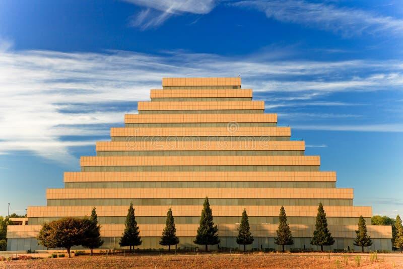 Pyramidegebäude. stockfotografie