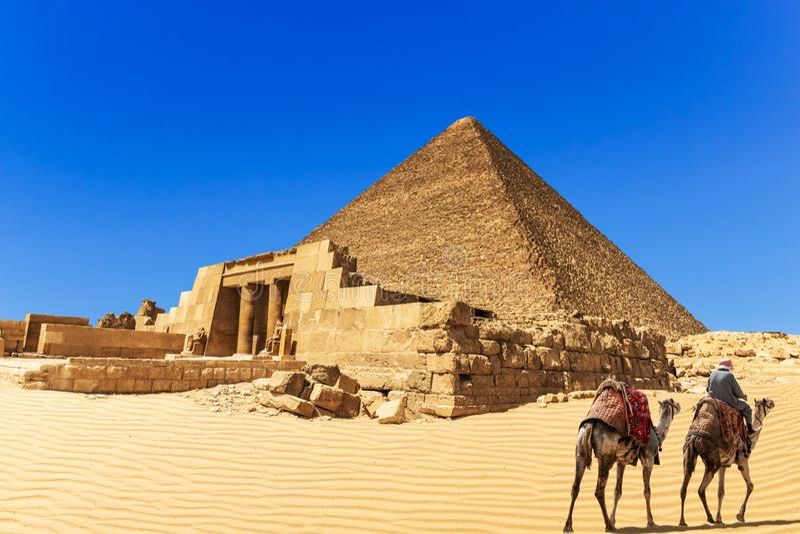 Pyramiden av Cheops och Mastabaen av den Seshemnefer droppen, Giza, Egypten royaltyfria foton