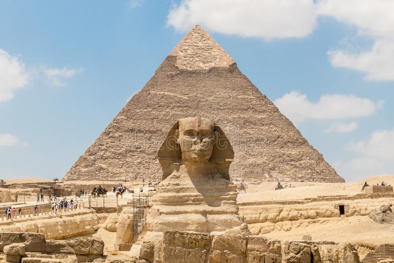 Pyramiden av Chephren och den stora sfinxen av Giza, Egypten royaltyfria bilder