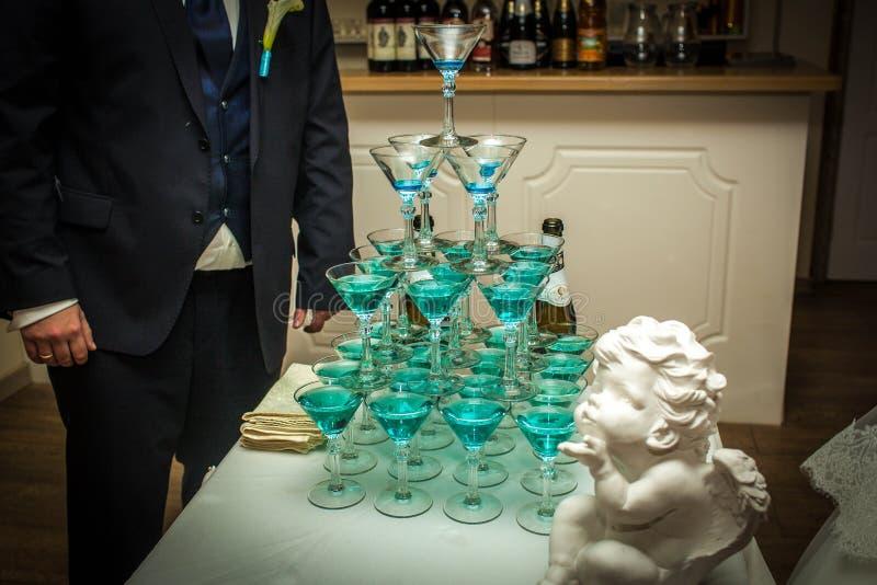 Pyramiden av exponeringsglas på bröllopet royaltyfri fotografi