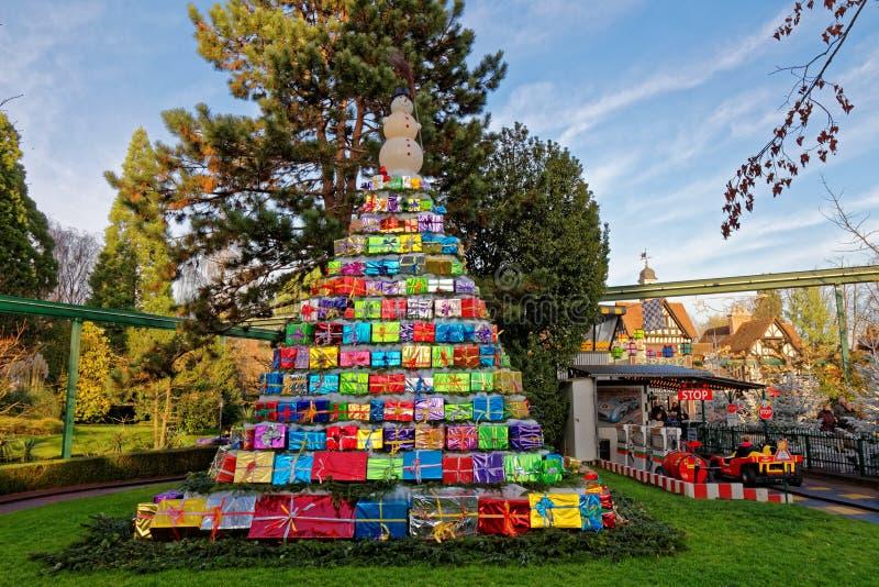 Pyramiden av gåvor parkerar in på jul royaltyfri fotografi