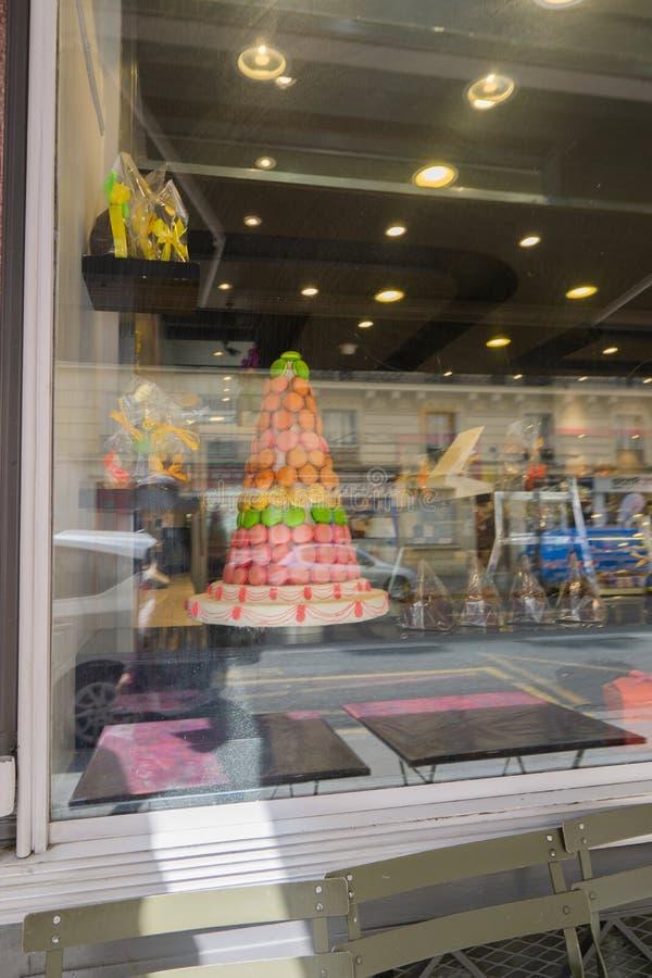 Pyramiden av makronkakor i ett godislager royaltyfri fotografi