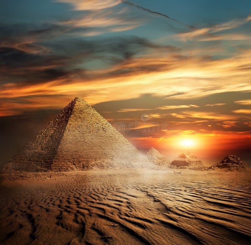 Pyramiden in der Wüste stockfotografie