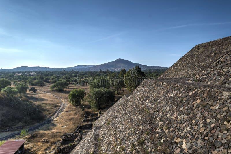 Pyramiden des Mondes auf der Allee der toten, Seitenansicht der alten Stadt von Teotihuacan stockbilder