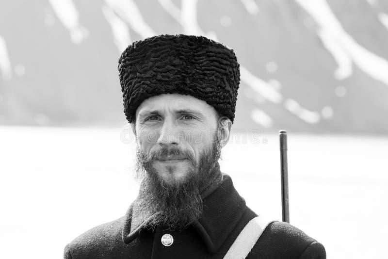 PYRAMIDEN NORWEGIA, Czerwiec, - 25, 2015: Rosyjski przewdonik czeka turystów fotografia royalty free