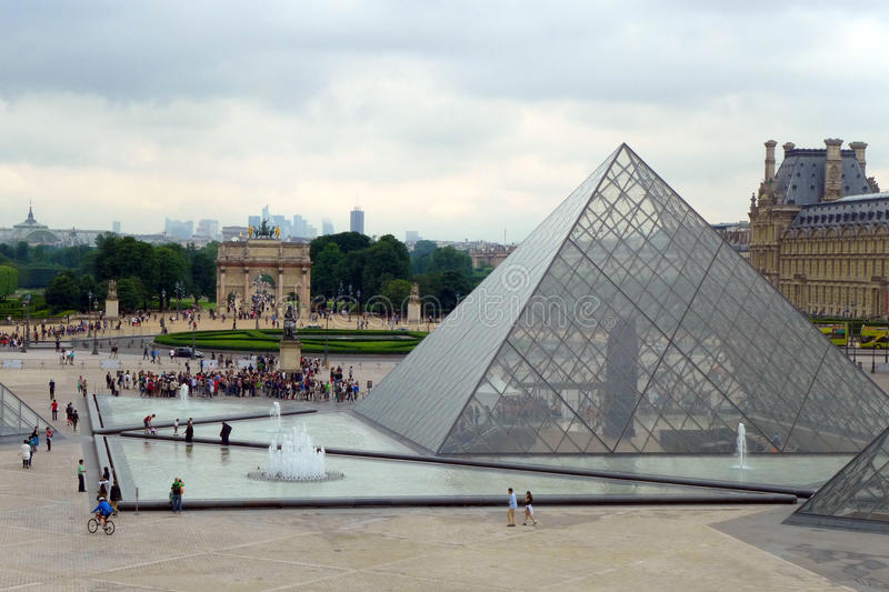 Pyramideneingang zu Musee du Louvre lizenzfreie stockbilder
