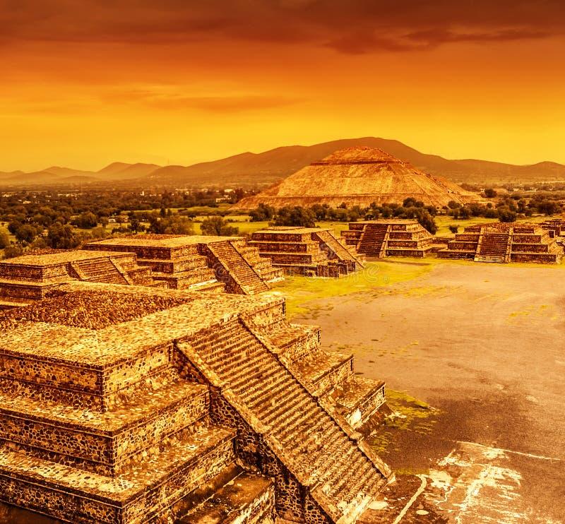 Pyramider av Mexico över solnedgång royaltyfria foton