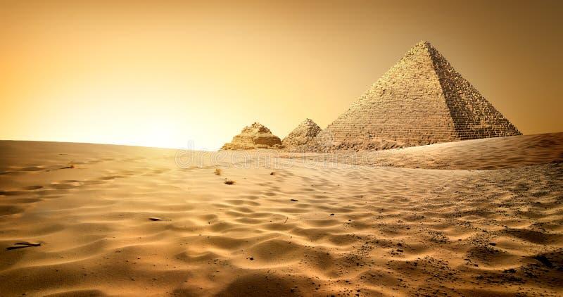 Pyramider i sand royaltyfri foto