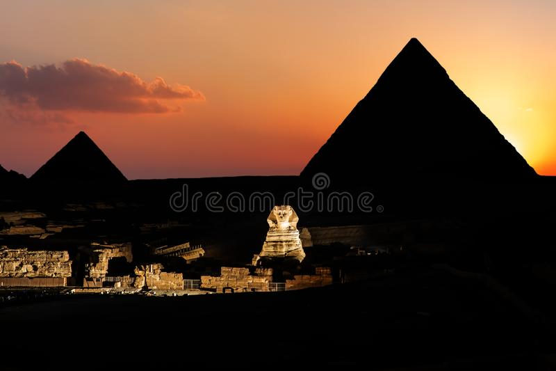 Pyramider och sfinxen i skymning, Giza, Egypten royaltyfri foto
