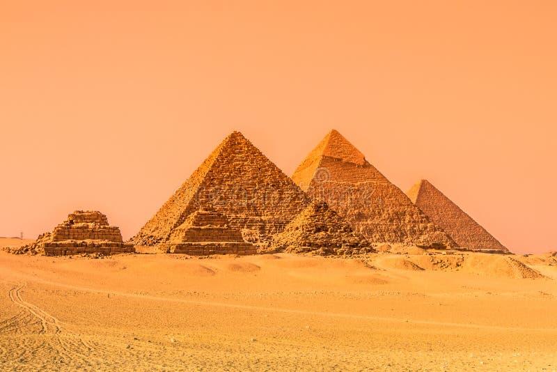 Pyramiderna av Giza, Kairo, Egypten royaltyfria foton