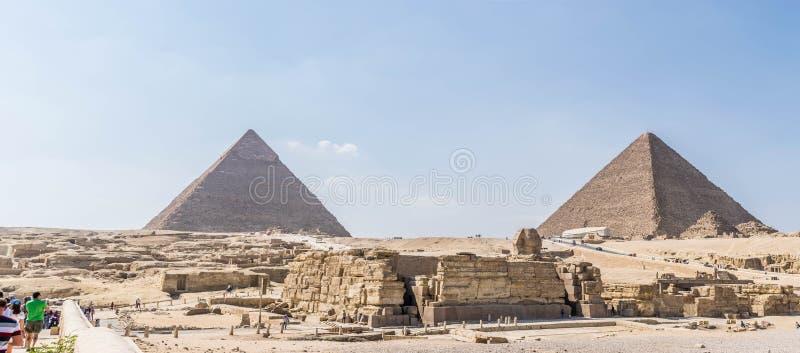 Pyramides égyptiennes antiques de Gizeh et tête de grand sphinx photographie stock libre de droits