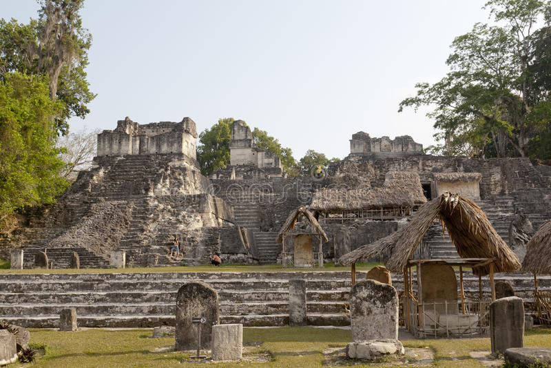 Pyramides au stationnement national de Tikal au Guatemala image stock