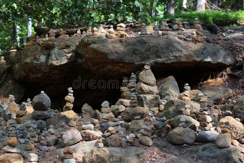 Pyramides et les gens des pierres dans la réservation Hrensko, République Tchèque Trolls et chedo La Suisse tchèque bohemia Porte photo libre de droits