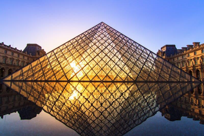 PyramidLouvre Paris royaltyfri bild