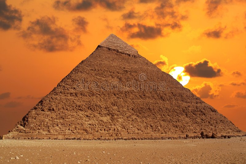 pyramidsolnedgång royaltyfri bild