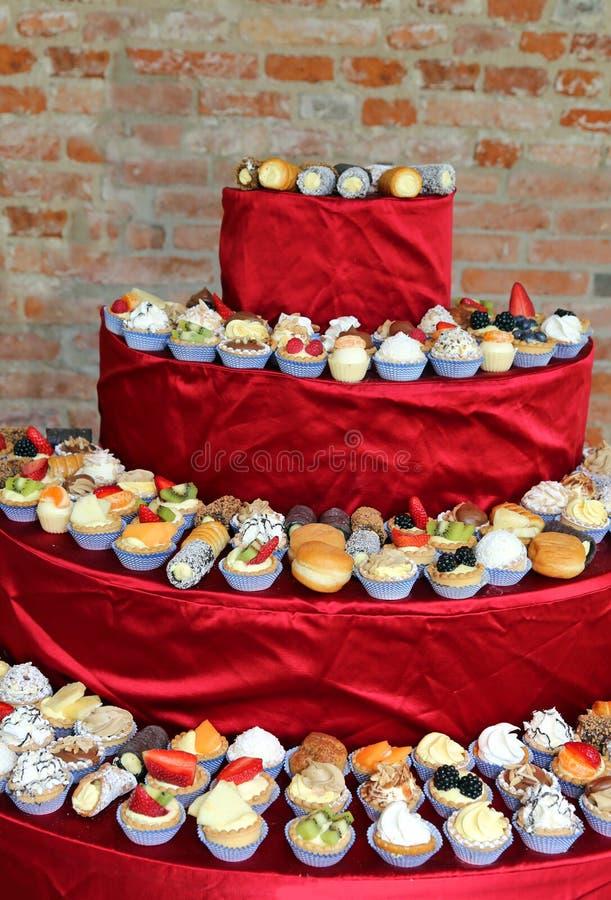 Pyramin van gebakjes met room en fruit stock afbeelding
