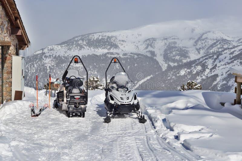 PYRENEES, ANDORRA - 8 DE FEVEREIRO DE 2018: Dois carros de neve perto da casa das salvas-vidas nas montanhas fotografia de stock royalty free