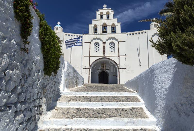 Pyrgos Grekland - Juni 13, 2019: Kyrka av Pyrgos Kallistis på den Santorini ön i Pyrgos, Grekland royaltyfria bilder