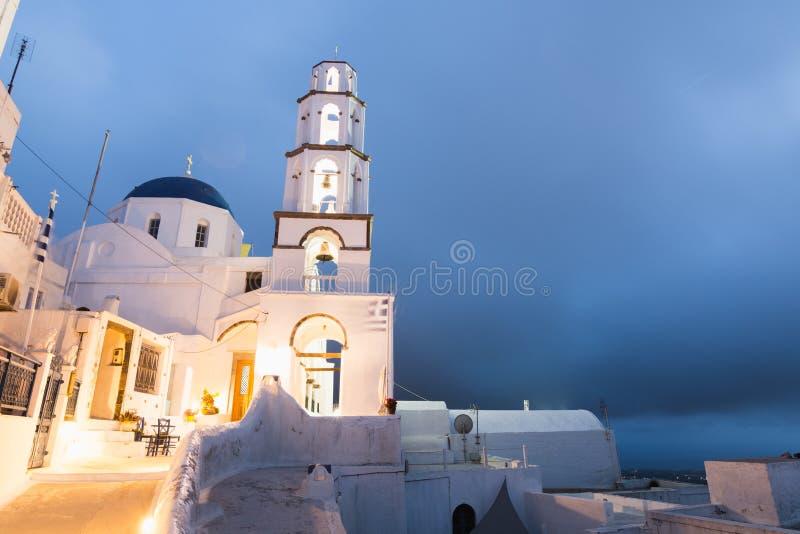 PYRGOS GREKLAND - MAJ 2018: Sikt av den ortodoxa kyrkan och klockatornet i den Pyrgos stadmitten, Santorini ö, Grekland arkivfoto