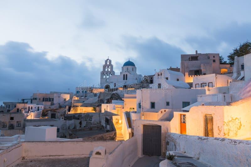 PYRGOS, GRIEKENLAND - MEI 2018: Mening van orthodoxe kerk en klokketoren in Pyrgos-stadscentrum, Santorini-eiland, Griekenland stock foto
