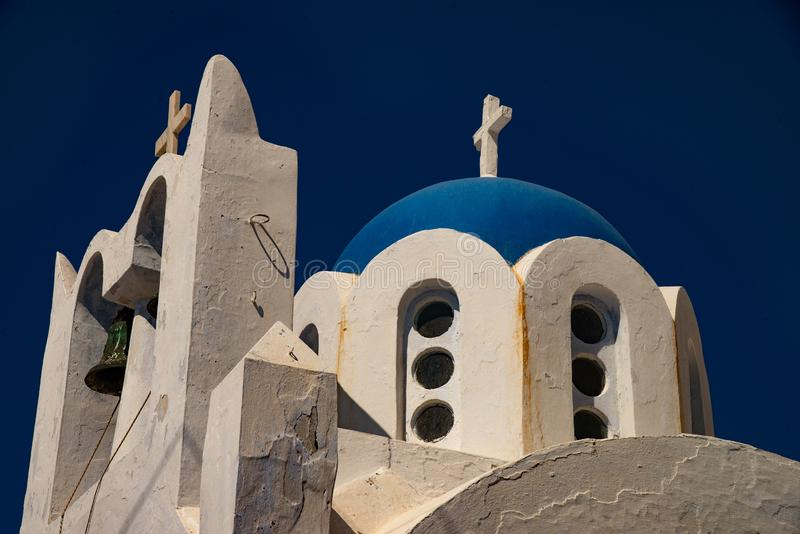 Pyrgos Kallistis, vit kyrka i Pyrgos Kallistis med den blåa kupolen arkivbild