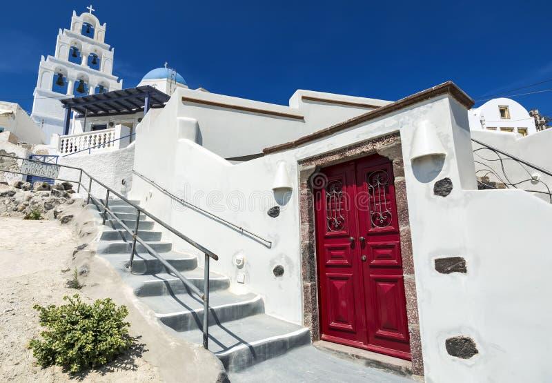 Pyrgos Santorini, Grekland Ber?md dragning av den vita byn med lappade gator, grekCyclades ?ar, Aegean hav royaltyfria bilder