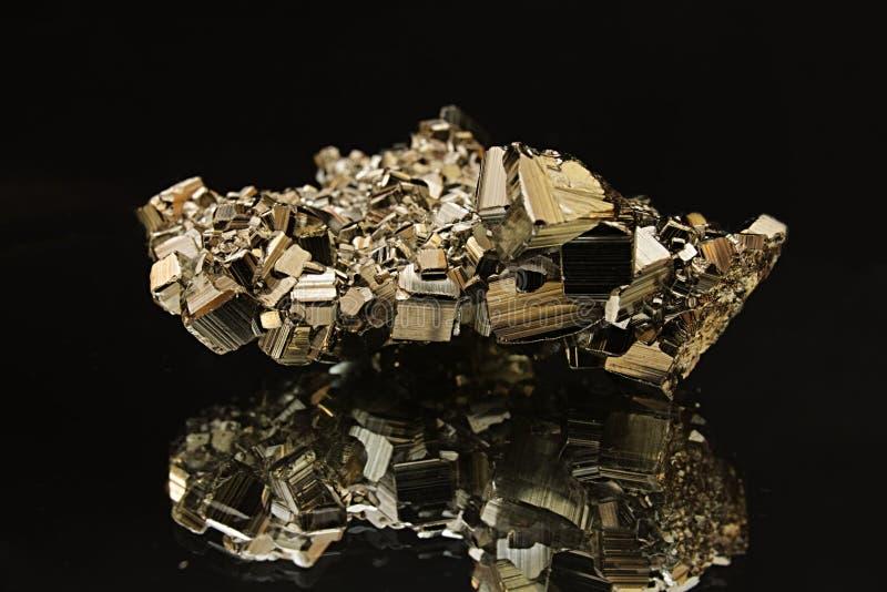 Pyrietkristal op de spiegel royalty-vrije stock fotografie