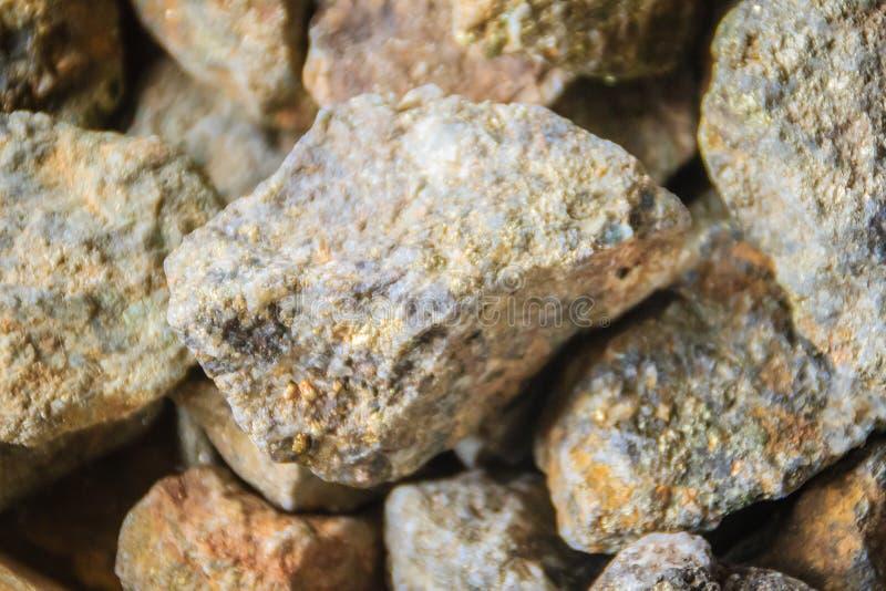 Pyritstenar som är till salu på denCambodja gränsen, marknadsför Den mineraliska pyrit eller järnpyrit, också som är bekant som k royaltyfri foto