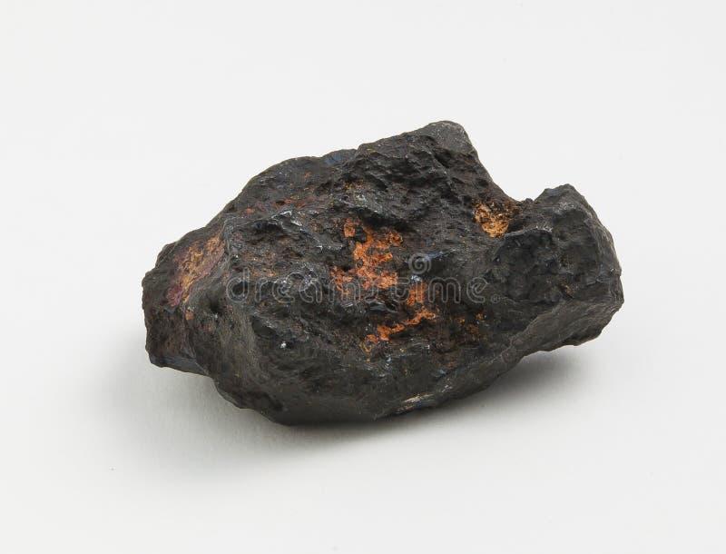 Pyrolusite del mineral en el fondo blanco foto de archivo