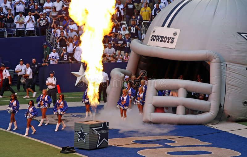 pyrotech pregame de cowboys de majorettes image libre de droits