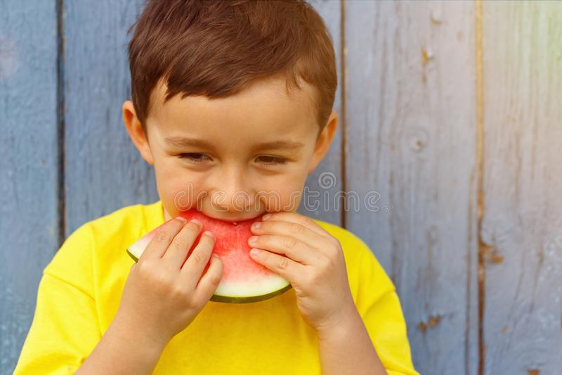 Pys för unge för sommarvattenmelonbarn som äter copyspacekopieringsbrunnsorten arkivbild