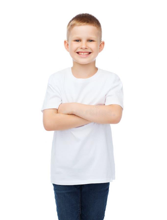 Pys i den vita t-skjortan med korsade armar arkivbilder
