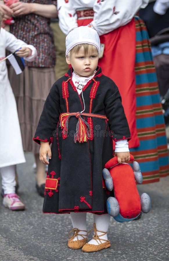 Pys i traditionella estonian kläder arkivfoto