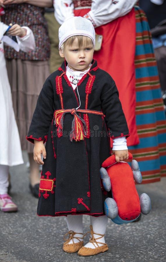 Pys i traditionella estonian kläder royaltyfri foto