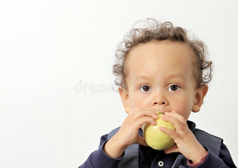 Pys med äpplet på vit bakgrund arkivfoton