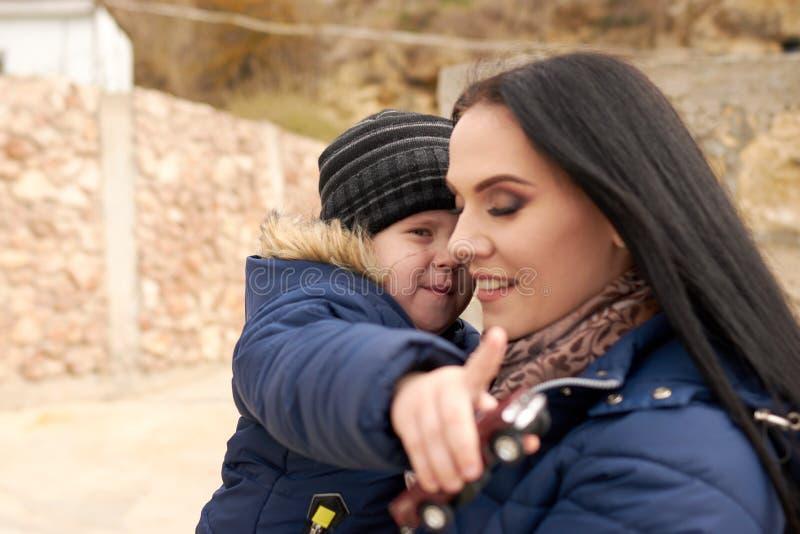 Pys med en ung skönhetmamma royaltyfria bilder