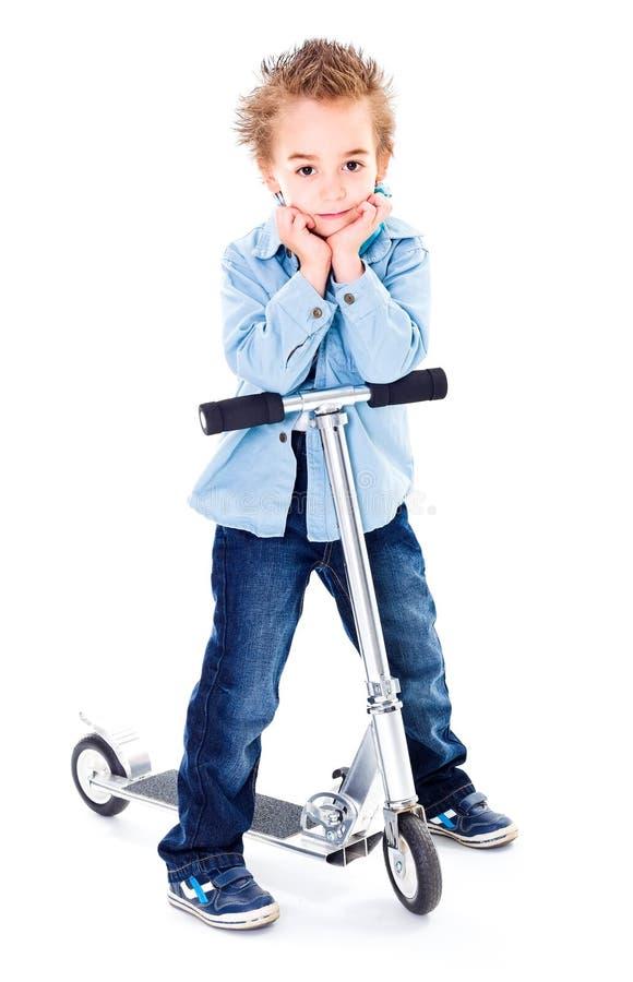 Pys med hans sparkcykel royaltyfri foto