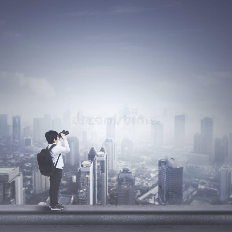 Pys med kikare på tak fotografering för bildbyråer