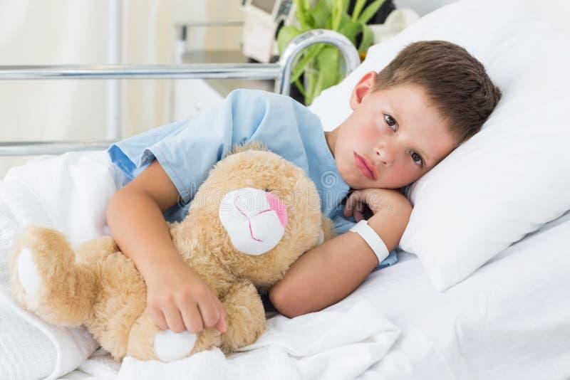 Pys med nallebjörnen i sjukhus fotografering för bildbyråer